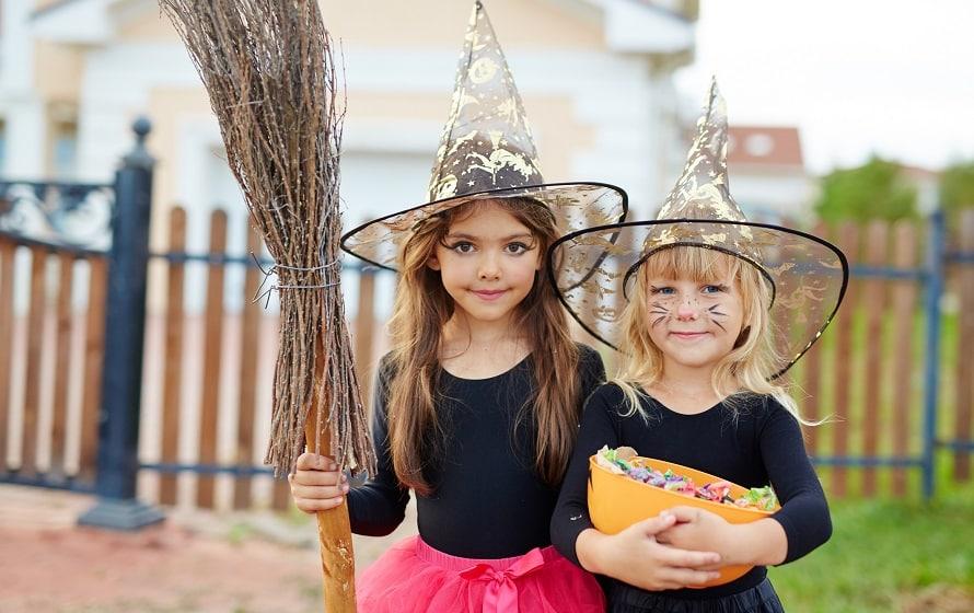 Kleine Hexen mit Besen