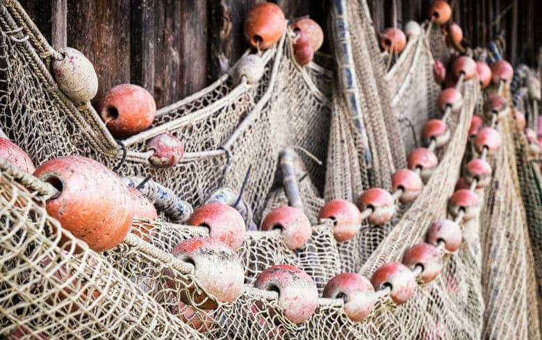 Fischernetz hängt an der Wand