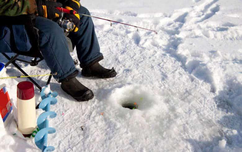 Eisangeln mit kompletter Ausrüstung