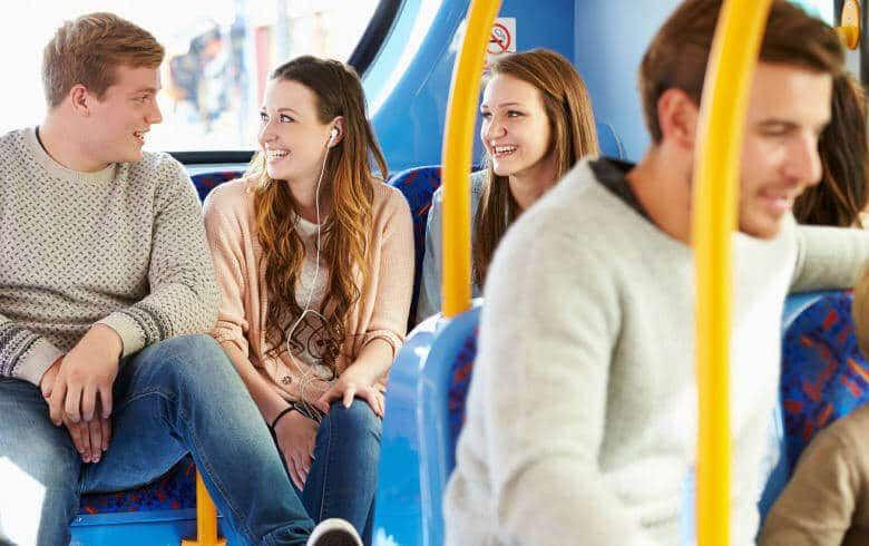 Mann und Frau im Bus