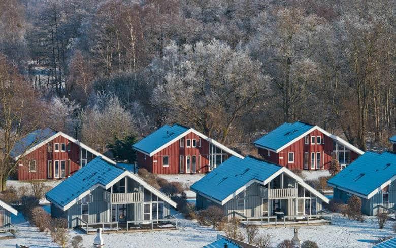 Schneebedeckte Dächer von Ferienhäusern