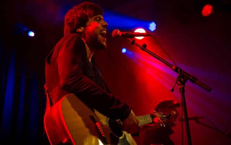 Sänger in rotem Bühnenlicht