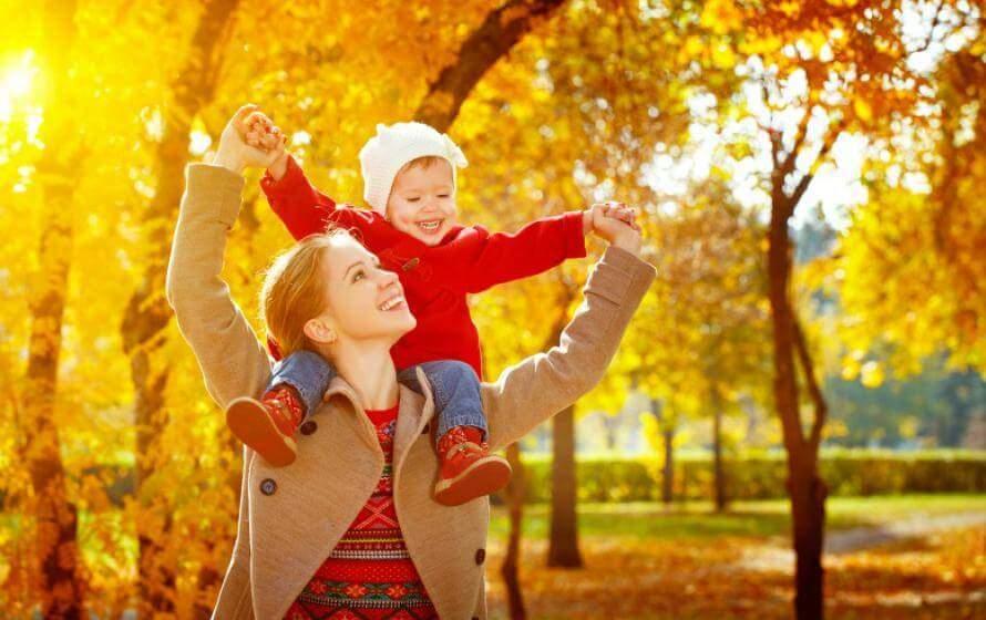 Mama und Kind im Herbst