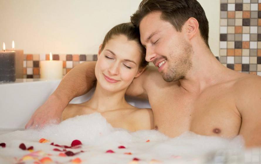 Paar entspannt im Whirlpool