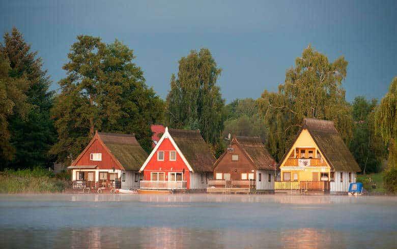 Bunte Bootshäuser am See