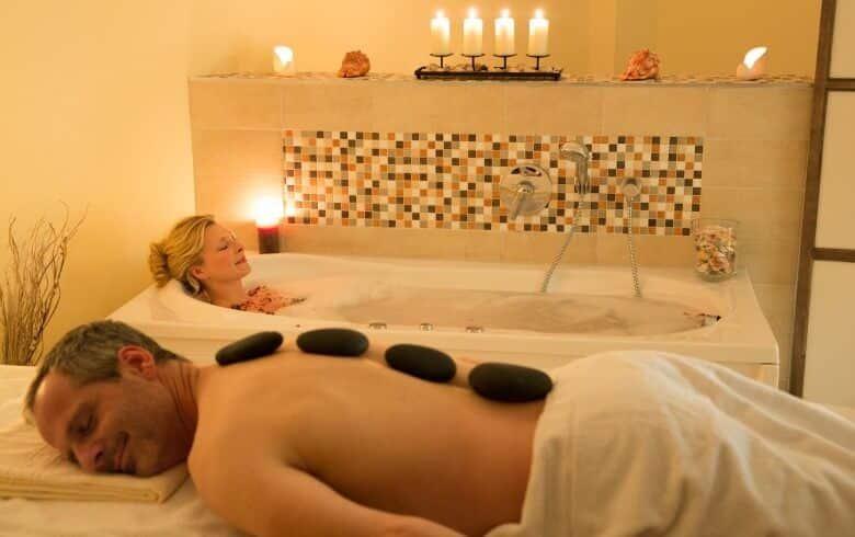 Ein Paar entspannt sich im Wellnessbereich
