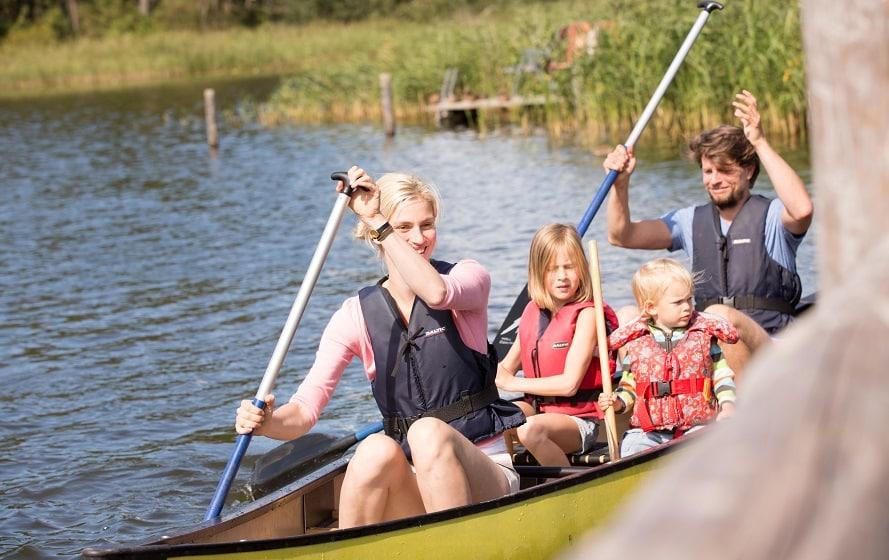 Familie bei einer Kanutour an der Mecklenburgischen Seenplatte