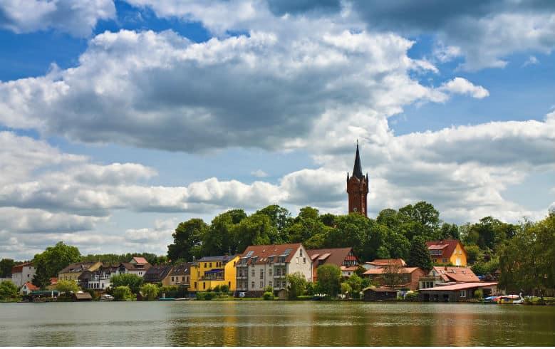 Charmantes Dorf mit charakteristischer Kirche im Ausflugsziel Feldberger Seenlandschaft