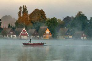 Im September sieht man die Mirower Bootshäuser im Herbstnebel besonders häufig.